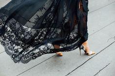 París no se acaba nunca Street Style Alta Costura / Día 3  Y que tu falda XL cuajada de bordados se mueva al ritmo del viento de París y insinúe unos stilettos especiales, muy especiales. Foto: © Icíar J. Carrasco
