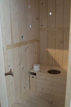 ARKKITEHTUURI2 - Yoshimasa Yamada Outhouse Bathroom, Outhouse Decor, Outhouse Ideas, Outside Toilet, Outdoor Toilet, Compost Toilet Diy, Outdoor Bathrooms, Toilet Design, Sustainable Architecture