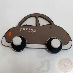 Perchero de madera con forma de coche en tonos chocolate. Acciartesanía
