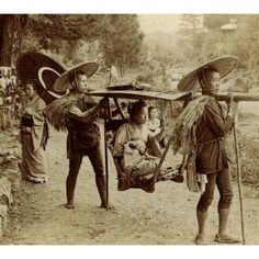 History In Pictures  Japan. Geisha travelling by yama kago in 1901 ( Meiji era) Japanese History, Asian History, Japanese Culture, British History, Vintage Japanese, Japanese Art, Old Pictures, Old Photos, Vintage Photographs