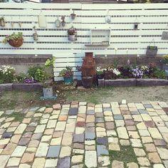 女性で、2LDKのセリア/枕木コンクリート/手作り花壇/アプローチ/くるカラ/アンティークレンガ…などについてのインテリア実例を紹介。「今日はいい天気だったので板壁を延長しました(^^) レイアウトはこれから★*゚」(この写真は 2017-05-02 17:53:22 に共有されました)