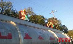 Los bomberos trabajando en la cisterna accidentada http://revistadelvalles.es/2016/04/19/un-herido-en-un-accidente-entre-un-camion-de-mercancias-peligrosas-y-una-furgoneta-en-sant-celoni/