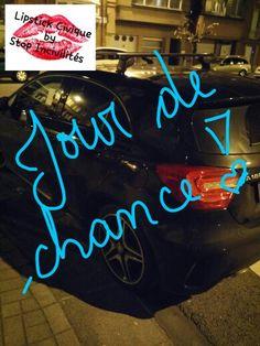 """Voici le message laissé sur le pare-brise de cette jolie #Mercedes dont le chauffeur indélicat s'est garé à moitié sur un passage #piétons :       """"C'est votre jour de chance !  Voici un trèfle à la place d'un appel à la #Police ou à la #dépanneuse... Car oui vous êtes sur un passage piétons !!!""""  Question : à moitié sur un passage piétons fait que l'on est à moitié #stupide ????   Coin rue Bonne Reine et Constant Montald, à 1200 Woluwé-St-Lambert, le 07.04.2015 vers 21h50"""