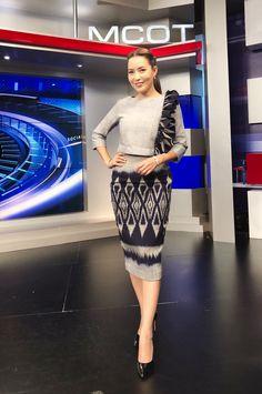 ชุดผ้าทอสวยๆ Myanmar Traditional Dress, Thai Traditional Dress, Traditional Fashion, Traditional Outfits, Modern Filipiniana Gown, Myanmar Dress Design, Thai Fashion, Batik Fashion, Thai Dress