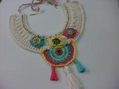 Colar em crochê, confeccionado em fio 100% algodão,com corrente dourada, bordado com miçangas nas cores dos fios, flores e mandala colorida. Tamanho ajustável, peça única.