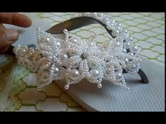 PASSO A PASSO | TRAMA ROSA COM TREVOS | CIA DO ARTESANATO - YouTube Diy Jewelry, Beaded Jewelry, Jewelry Making, Flip Flop Craft, Decorating Flip Flops, Beaded Shoes, Beaded Crafts, Glass Slipper, Beading Tutorials