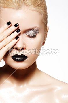 Make-up inspiration - Glitter - Sliver eyeshadow - Black lips Sparkle Makeup, Silver Makeup, Black Makeup, Make Up Looks, Sliver Eyeshadow, Oily Skin Makeup, Beauty Makeup, Hair Makeup, Goth Beauty