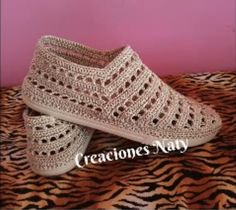 Como hacer zapatos tejidos - Zapatos a crochet - Maisie Hardy Crochet Sole, Crochet Shoes Pattern, Crochet Sandals, Shoe Pattern, Crochet Slippers, Knitting Patterns, Crochet Baby Boots, Crochet Bear, Loafers