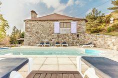 Vakantiehuis in Cros-de-Géorand (Auvergne-Rhône-Alpes) Op slechts tien minuten van St. Cirgues en Montagne, op een hoogte van 1.100 meter, met prachtig uitzicht op de vallei en de heuvels van de Montagne Ardéchoise, vindt u op een groot bebost terrein dit