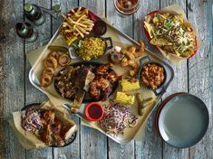 Sharing platter, big enough for all! Line with greaseproof paper, use ramekins and mini swing bottles for sauces, mini cast iron dishes and food baskets for sides! Sharing Platters, Plate Presentation, Food Stations, Food Platters, Food Service, Teller, Restaurant Recipes, Food Plating, Food Photo