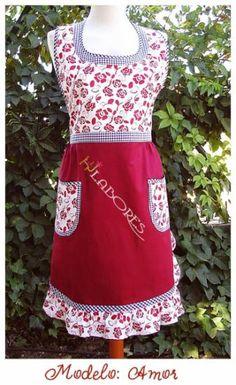 Diseño exclusivo de HJ Labores hecho de forma artesanal. En rojo oscuro coordinado con estampado floral y cuadros vichy marino. 2 amplios bolsillos. Volante todo alrededor de la falda.