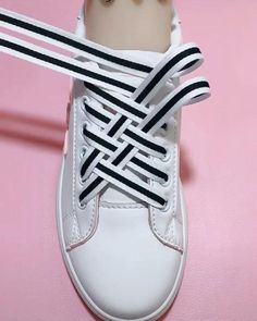 Ways To Lace Shoes, How To Tie Shoes, Your Shoes, Diy Fashion Hacks, Fashion Tips, Diy Clothes And Shoes, Tie Shoelaces, Everyday Hacks, Clothing Hacks