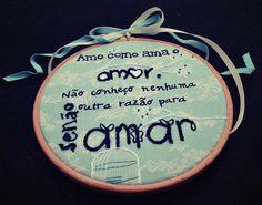 hoop5'' Tilda fabric frase: Fernando Pessoa Pintado e bordado à mão por Sara Couto| Hoop art