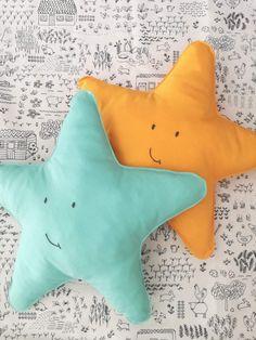 Bom dia!! Almofada estrela com expressão bordada 15€ cada; dim 53cm 💛💛💛💛💛💛💛💛💛💛💛💛💛💛💛 #textilpuff #textilstory #bebé #maternidade #gravidez #babytoy #quartodecriança #babyroom #madeinportugal #handmade