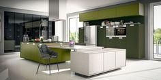 Os armários e balcões desta cozinha, com acabamentos Molti Colori Verde L060 Lacca e Molti Colori Verde Oliva Y141 Lacca, têm puxadores Mobi com acabamento anodizado fosco. Assinada pelo Studio Bontempo.