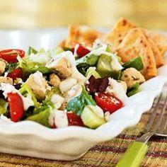 Lekkere Griekse maaltijdsalade geserveerd met warme pitabroodjes. Simpel, maar supersmaakvol!