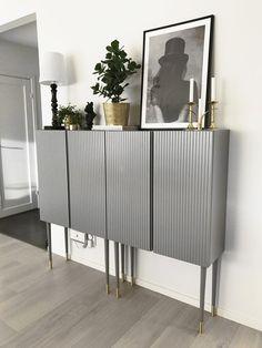 Ivar från IKEA med frästa spår i luckorna, grå färg och Pretty pegs-ben – Husligheter