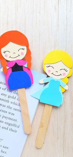 This fun craft is great for kids! Create a DIY Ana and Elsa bookmark from the Frozen franchise to use for daily reading! This craft is perfect for kids and preschoolers. Frozen Book, Frozen Felt, Frozen Movie, Olaf Frozen, Disney Frozen, Felt Bookmark, Bookmark Craft, Craft Activities For Kids, Preschool Crafts