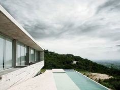 casa e piscina minimalistas com vista