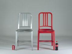 """Una réplica del llamado """"Emeco Nay Chair"""" creada con botellas recicladas de coca-cola. Para cada silla bautizada con el nombre 111 Navy Chair, se han utilizado 111 botellas de gaseosa."""