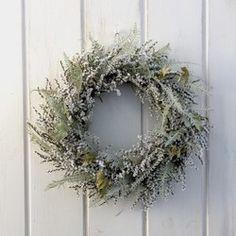 鮮やかな青のルリタマアザミがポイントのブルーグレーのリース。冬の到来を感じさせるラムズイヤーの質感、淡い色味。夏の名残のアジサイや秋の松ぼっくりも。ぎゅっと季節の移り変わりを詰め込んだリースです。花材:秋色アジサイ ラムズイヤー ルリタマアザミ ラグラス 松ぼっくりなど直径:φ約21cmドライフラワー、プリザーブドフラワーなどとてもデリケートな素材を使っています。丁寧に梱包し発送いたしますが、搬送中に若干花が落ちる場合がありますのでご了承ください。自然の素材を使っておりますので時間とともに少しずつ色も変化していきます。ドライフラワーは半年ほどでアースカラーになります。ゆっくりした自然の変化もお楽しみください。ギフトラッピングはシンプルなもので対応いたします。クラフトペーパーまたはワックスペーパーに麻ひもなどでラッピングいたします。ご注文の際にお伝えください。