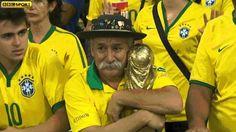 Brasilien in Schockstarre: Fan trauert um WM-Pokal  Mehr unter >>> http://a24.me/1kCKEcD