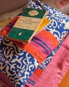 Festa della Mamma in avvicinamento: ecco i regali che le possiamo fare | Vita su Marte Striped Cushions, Blue Pillows, Natural Pillows, Reading At Home, Blue Stripes, Damask, Mystery, Filing, Happy Sunday