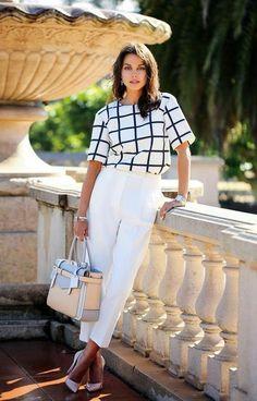 Roupas para trabalhar: 11 peças indispensáveis - #GuitaModa. Camisa branca quadriculada, calça de alfaiataria branca, scarpin branco perolado