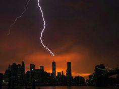 2014年07月04日 - 美国纽约,日落时分暴风雨来袭,闪电划破天际,场面十分壮观。摄影师:Lucas Jackson 阅读全文: http://iw.iweeklyapp.com/focus/3297