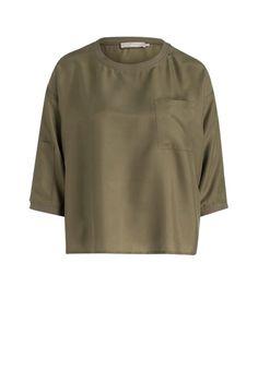 Sportivität und Eleganz gehen bei dieser Kreation eine gelungene Symbiose ein. Während das Oliv und das cleane Design des Shirts zeitlos und zurückhaltend wirken, steht die lockere Passform für eine moderne Ästhetik.