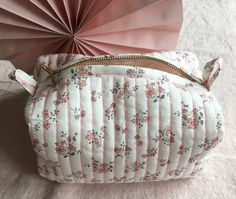 Diy Bags Purses, Quilted Bag, Sewing Projects For Beginners, Gisele, Diy Crochet, Boutique, Dressmaking, Coin Purse, Fabric