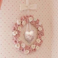 A guirlanda é delicada, leve e linda! Uma excelente opção para a porta da maternidade! #maternidade #fashionbaby #enxovaldebebe