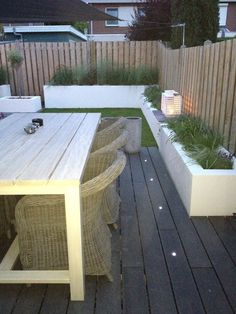Raised concrete beds lining edges of fence Lounge-tuin, gemaakt door: www. Back Gardens, Outdoor Gardens, Patio Interior, Small Garden Design, Backyard Makeover, Outside Living, Outdoor Landscaping, Dream Garden, Garden Planning