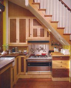 Diversos projetos de decoração levam em conta o espaço gerado por escadas como um incremento da decoração, com soluções inovadoras e criativas.