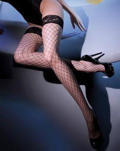 De Betty Page grove netkousen van Gabriella zijn stoere netkousen met grove net, waar de sensualiteit vanaf spat! De stretchstof van deze kousen is behoorlijk stevig en dankzij de sexy, kanten boorden met 2 plakstrips blijft de Betty Page perfect op haar plaats. Stoer, Sexy en Heel Opvallend met de Betty Page netkousen!