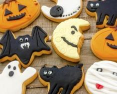 Everyone is sure to love these tasty frosted Halloween cookies at your party this weekend! Show off your creative skills with these decorated sugar cookies, Biscuits Halloween, Halloween Cupcakes Easy, Dessert Halloween, Halloween Cookie Cutters, Halloween Sugar Cookies, Halloween Desserts, Pumpkin Sugar Cookies, Lemon Sugar Cookies, Rolled Sugar Cookies