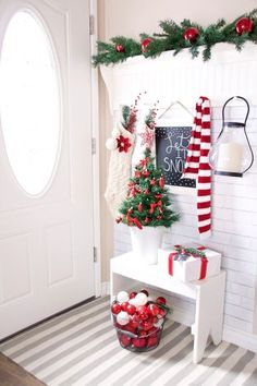 Cool 99 Welcoming and Cozy Christmas Entryway Decoration Ideas. More at http://www.99homy.com/2017/11/26/99-welcoming-and-cozy-christmas-entryway-decoration-ideas/