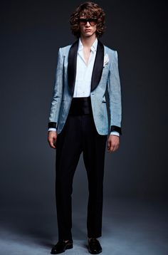 Tom Ford unveiled his Spring/Summer 2017 lookbook. The collection that continues to explore the 70's trend, is now available HERE!