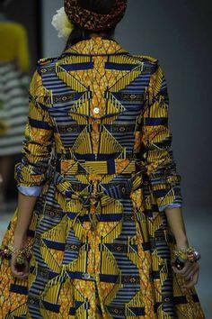 diseños de ropa africana con estampados coloridos típicos, prendas bonitas en colores llamativos