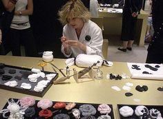 Atelier Chanel. Cette dame, qui travaille dans l'atelier depuis l'âge de 14 ans, fabrique au maximum vingt fleurs par jour.