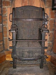 Para el invitado indeseado.  18th Century: Witches Chair, a torture device intending to cause death by blood loss.
