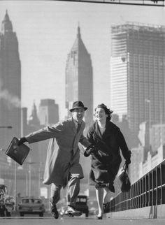 El Brooklyn Bridge del Nueva York de 1959, en la lente del virtuoso Norman Parkinson. ¿Recuerdan el nombre de la película? ¡Yo tampoco!
