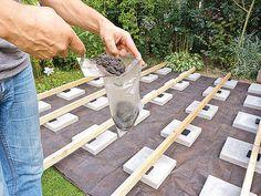 Höhenniveau bei Terrassen mit Betontütchen ausgleichen Clematis, Front Garden Ideas Driveway, Stepping Stones, Pergola, Home And Garden, Outdoor Decor, Diy Academy, Outdoors, Gardening