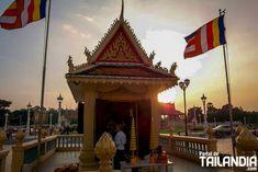 Phnom Penh la capital de Camboya que avanza hacia un esperanzador futuro. Un sitio ideal para empezar a recorrer este país del sudeste asiático. #camboya #phnompenh #viajar #vacaciones #sudesteasiatico http://ift.tt/2ev4c64