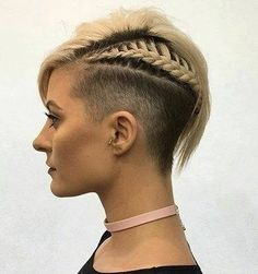 Der Vorteil von kurzen Haaren ist, dass man so viele verschiedene Stylingmöglichkeiten hat. Klassisch, lässig oder frech, wie schön eine Kurzhaarfrisur schneiden zu lassen, die nicht Nullachtfünfzehn aussieht. Traust Du Dich eine dieser Frisuren zu tragen?