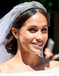 Meghan Markle was a true NATURAL beauty on her Royal Wedding. Who said being modest and makeup free doesn't win the affection of men? Harry And Meghan Wedding, Harry Wedding, Meghan Markle Wedding, Prince Harry And Megan, Meghan Markle Style, Princess Harry, Princess Meghan, Pippa Middleton, Lady Diana
