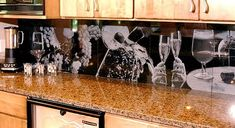 Kiveen kaiverrettuja kuvia keittiön koristeena
