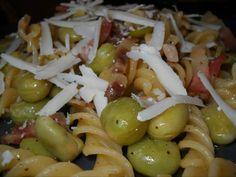 Fusilli con fave, pancetta di Norcia e scaglie di ricotta salata (Ricetta). #Fusilli #Pasta #Fave #Legumi #PancettaNorcia #Pancetta #RicottaSalata
