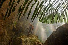 Hang Son Doong, l'immense grotte vietnamienne Pour atteindre l'entrée couverte de végétation de Hang Son Doong, Mark Jenkins (explorateur du National Geographic) a subi un premier test: des rochers couverts d'une mousse glissante et la descente d'une verticale de 10 m.