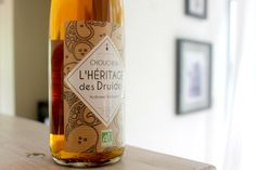 Etiquette chouchenn pour la distillerie Warenghem à Lannion. Kraft et blanc sérigraphique. (Design Owen Poho)